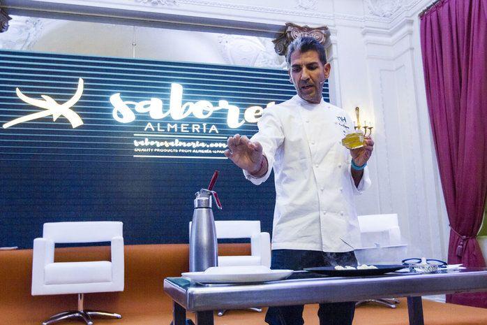 """Paco Roncero utiliza nuestros productos gourmet """"Perlas de AOVE LoRUSSo"""" en la ceremonia de presentación del sello de calidad gourmet """"Sabores ALMERÍA"""""""